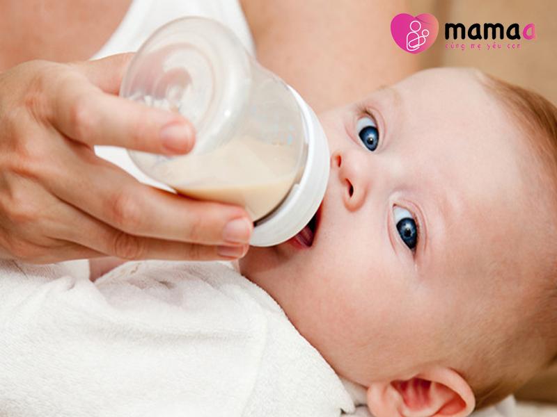 Trẻ sơ sinh uống Mama sữa non