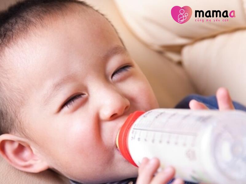 bé hứng thú uống sữa Colos Multi