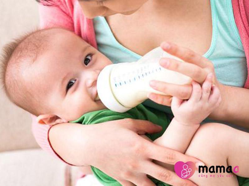 Trẻ đang uống sữa non